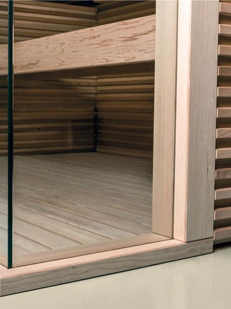Dettaglio vetrata d'angolo in una sauna