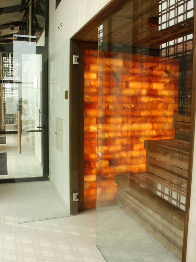 sauna-con-parete-in-mattoni-di-sale