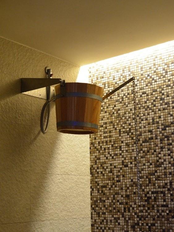 doccia-rustica-con-secchio-di-legno